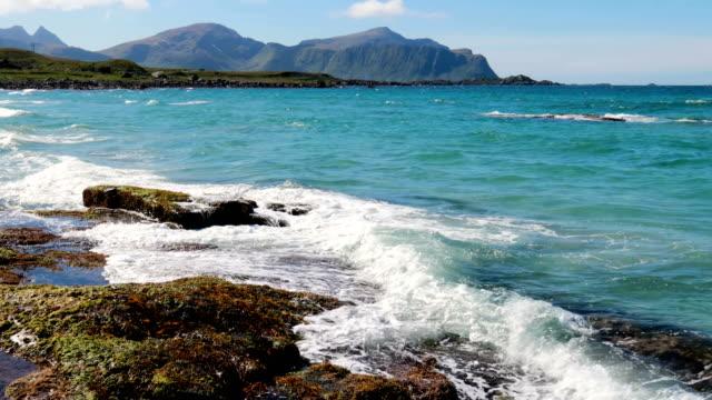 vídeos de stock e filmes b-roll de beach lofoten islands is an archipelago in the county of nordland, norway. - reine