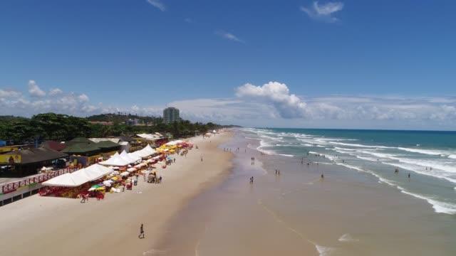 スイスハウスイリェウス、バイーア州、ブラジルの milhonarios のビーチ - コパカバーナ海岸点の映像素材/bロール