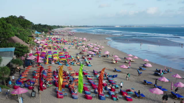 strand von seminyak in bali mit bars und restaurants - indonesien stock-videos und b-roll-filmmaterial