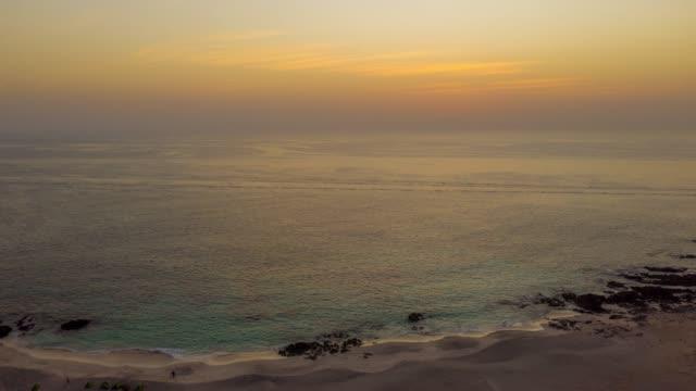 stockvideo's en b-roll-footage met hyperlapse strand op masirah island bij zonsondergang - perzische golfstaten