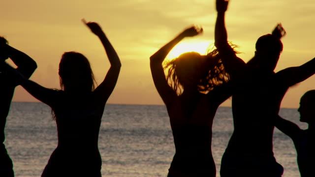 Fiesta en la playa al atardecer - vídeo