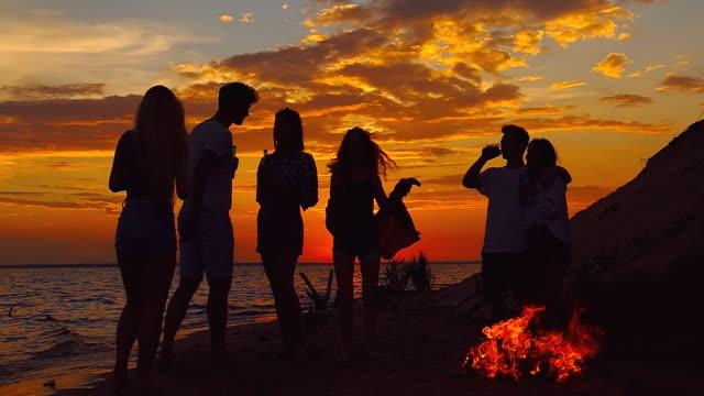 beach party dancing. slow-motion shooting. - falò spiaggia video stock e b–roll