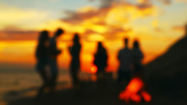 plaj partisi. yavaş hareket bulanıklaştırma çekimi. - şenlik ateşi stok videoları ve detay görüntü çekimi