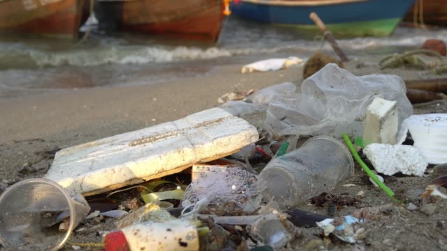 beach polluted with plastic and plastic bottles - mar mediterraneo video stock e b–roll
