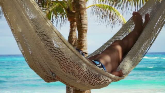 relax sulla spiaggia con fotocamera panoramica - caraibi video stock e b–roll