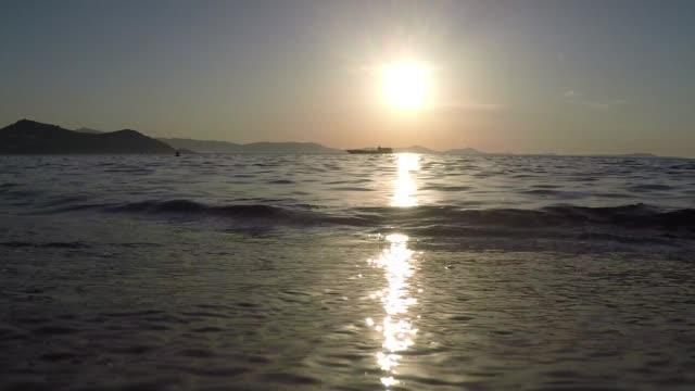 strand zonsondergang met boot video