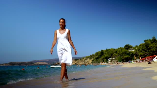 vídeos de stock e filmes b-roll de beach walk - stabilized shot
