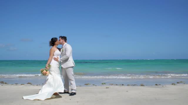 vídeos de stock, filmes e b-roll de casamento de praia - moda de casamento