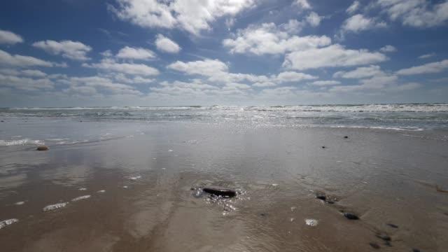 Strand mit Breaking Wellen 4K – Video