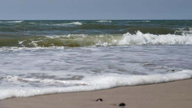 Strand mit Breaking-Wellen in Zeitlupe – Video
