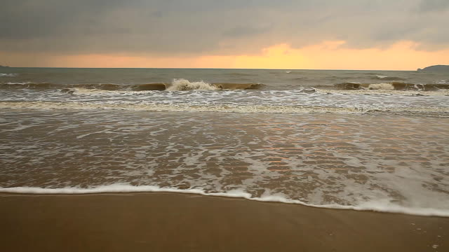 Beach with stormy sky clouds. - vídeo
