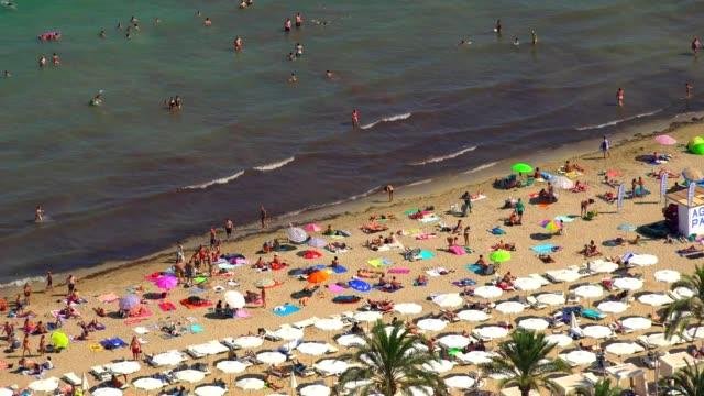 strand mit touristen am meer - spring break stock-videos und b-roll-filmmaterial