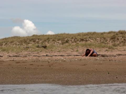 yoga in spiaggia: stretching seduta-up dopo l'inoltro - gambe incrociate video stock e b–roll