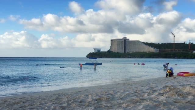 vídeos y material grabado en eventos de stock de bañistas en un resort tropical - micronesia