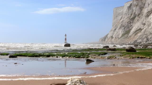 4k: faro di beachy head, eastbourne - south downs video stock e b–roll