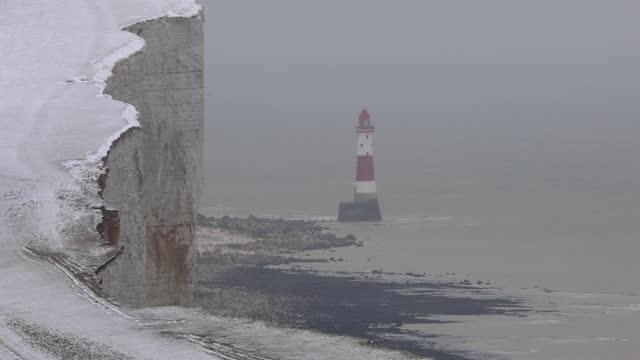 4k: faro di beachy head, scena invernale, eastbourne - south downs video stock e b–roll
