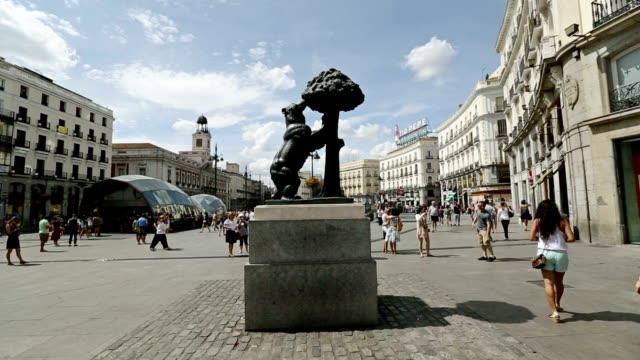 Bear and the tree at Puerta del Sol, Madrid video