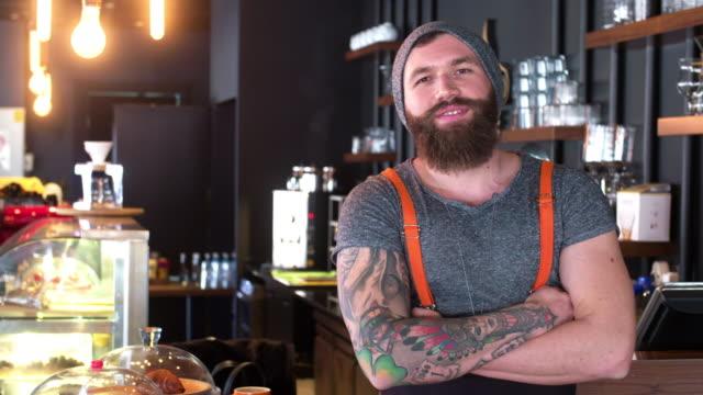 ひげを生やしたと流行に敏感なコーヒー店主ポーズ ビデオ