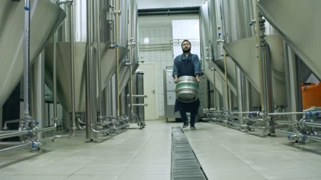 ひげを生やしたビールを運ぶビール樽 - 醸造所点の映像素材/bロール