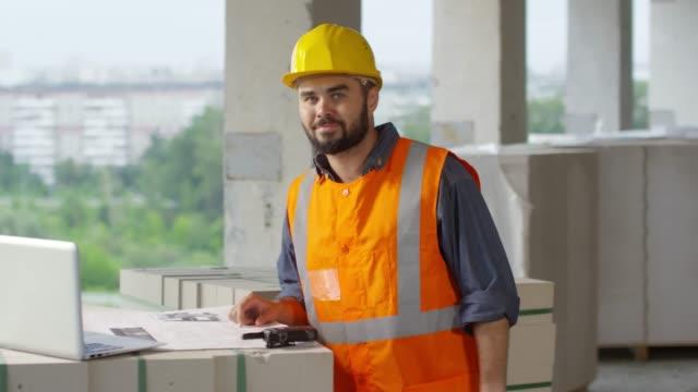 Bидео Bearded Construction Site Foreman Posing