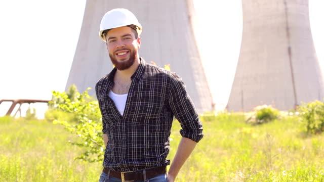 ヘルメットのカメラ目線でひげを生やしたエンジニア。 ビデオ