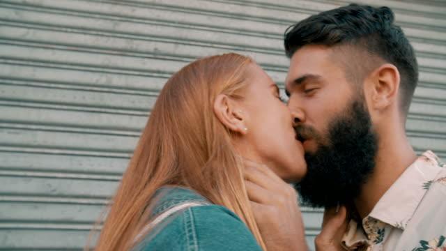 hipster con barba ragazzo e ragazza Baciare lieto - video