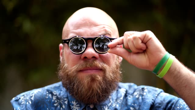 skäggiga hipster med coola sol glasögon - solglasögon bildbanksvideor och videomaterial från bakom kulisserna