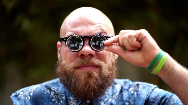 bärtiger hipster mit cooler sonnenbrille - sonnenbrille stock-videos und b-roll-filmmaterial