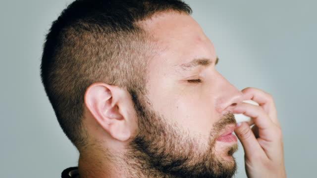 stockvideo's en b-roll-footage met bebaarde mensacteur met gesloten ogen terwijl het krijgen van make-up - vetschmink