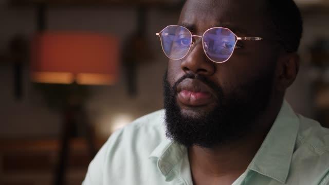 bärtiger mann mit brille online auf laptop einkaufen - tablet mit displayinhalt stock-videos und b-roll-filmmaterial