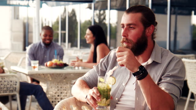bärtiger mann mit hohen glas und pony tail - tropischer cocktail stock-videos und b-roll-filmmaterial