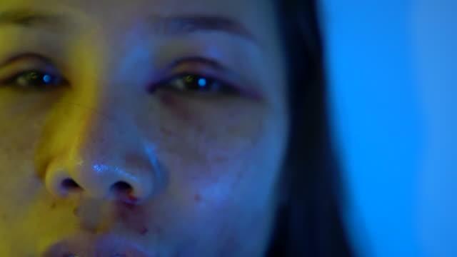 vídeos y material grabado en eventos de stock de mujer golpeada - violencia doméstica