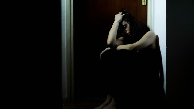 vídeos y material grabado en eventos de stock de joven golpeada - violencia doméstica