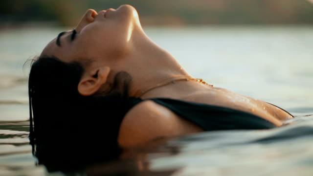 bella giovane donna guarda - bikini video stock e b–roll
