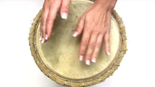vídeos de stock e filmes b-roll de bater o tambor - bateria instrumento de percussão
