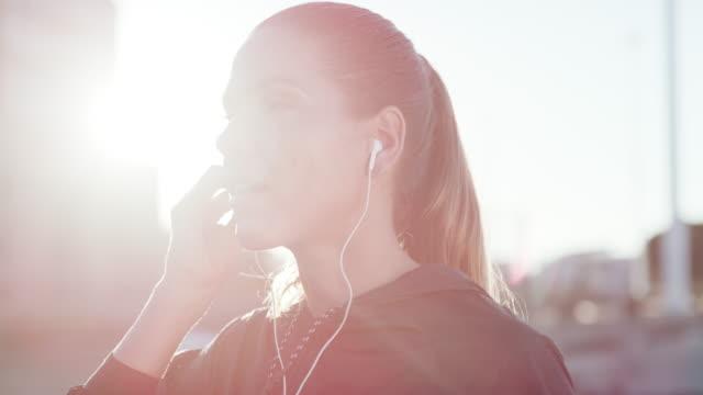 en iyi hissi elde etmek için beats - kulak i̇çi kulaklık stok videoları ve detay görüntü çekimi