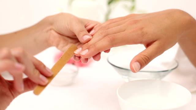 kosmetikerin feilen der nägel weibliche kunden im spa-schönheitssalon - fingernagel stock-videos und b-roll-filmmaterial