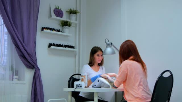 kosmetikerin mit kunden reden nailcare und nail design - maniküre stock-videos und b-roll-filmmaterial