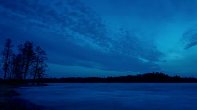 vidéos et rushes de très belle vidéo de timelapse k 4 de la belle nature et paysage printemps soir crépuscule en suède - 2018