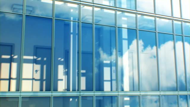 Schöne abstrakte moderne Gebäudefassade mit Himmel und Wolken reflektieren nahtlos. Looped 3d Animation von Skyscraper Exterior and Interior. – Video