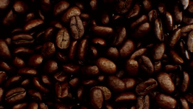 schöne abstrakte gerösteten kaffeebohnen fallen herunter und füllen sie den bildschirm so dass übergang nahaufnahme in zeitlupe auf green-screen. 3d animation mit alpha matte. - geröstete kaffeebohne stock-videos und b-roll-filmmaterial