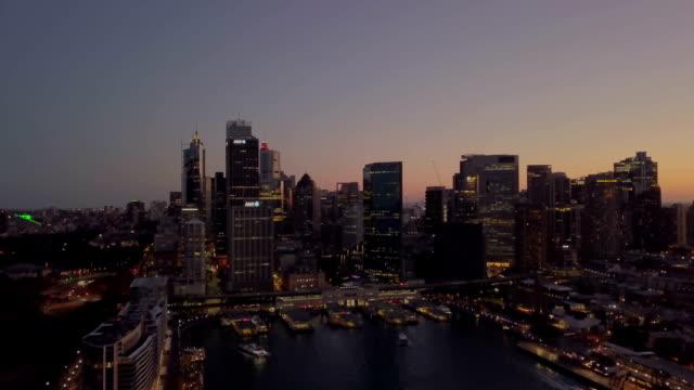 저녁 석양에 아름 다운 공중 도시 스카이 라인 - 시드니 뉴사우스웨일스 스톡 비디오 및 b-롤 화면