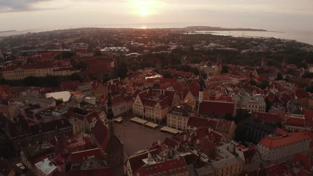 vídeos de stock e filmes b-roll de beautiful aerial drone shot of old town of tallinn, estonia at sunset - letónia