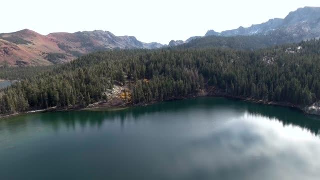 vackra antenn skott över sjön och bergen i crystal sjöar-mammoth lakes, ca - utdöd bildbanksvideor och videomaterial från bakom kulisserna
