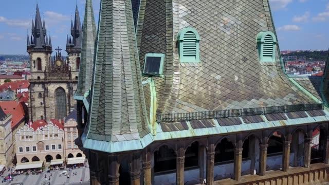 ドローンで撮影したプラハ市街の時計塔の美しい眺め. - チェコ共和国点の映像素材/bロール