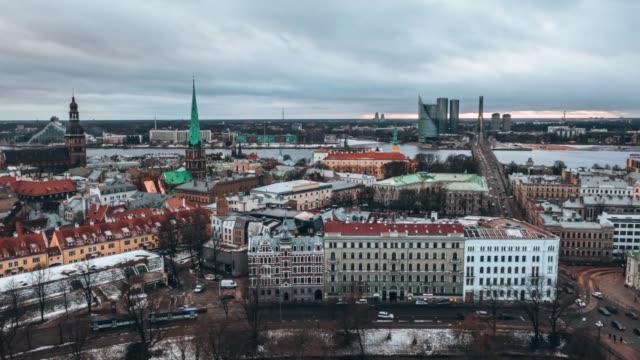 vídeos de stock e filmes b-roll de beautiful aerial view of the riga old town during winter day. - letónia