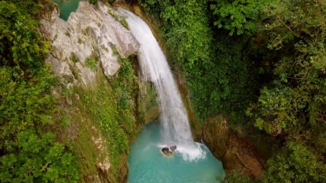 vídeos de stock, filmes e b-roll de bela vista aérea de cachoeiras nas filipinas verdes e cores turquesas, nenhuma natureza pessoas viajar destinos conceito drone ponto de vista - azul turquesa