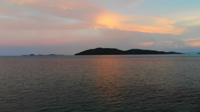 ビーチとサムイ島日没時のココナッツ椰子の木の周りの海と美しい空撮 - サムイ島点の映像素材/bロール