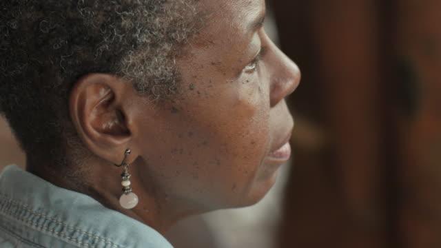 schöne afroamerikanische ältere frau sitzen und hören musik warten - geduld stock-videos und b-roll-filmmaterial