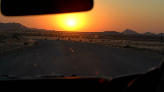 schöne afrikanische savanne. sonnenuntergang. - afrikanische steppe dürre stock-videos und b-roll-filmmaterial
